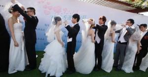 12dez2012---doze-casais-se-casam-em-cerimonia-em-hong-kong-na-china-ao-menos-700-casais-agendaram-casamento-para-hoje-na-cidade-1355323214742_956x500