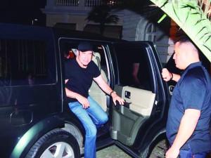john-travolta-chegando-a-hotel-no-rio-08-07-2013