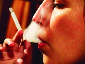 mulher fumando foto- Javier Psilocybin - Creative Commons