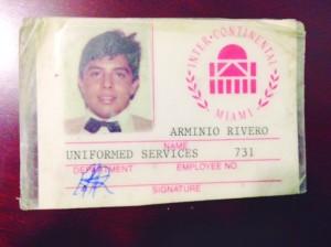Arminio guarda até hoje o primeiro crachá do hotel, quando foi promovido de manobrista à portaria, há 23 anos.