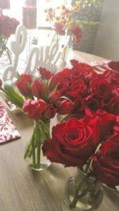 Muito em alta usar vasos só com rosas ou tulipas, como fizemos.