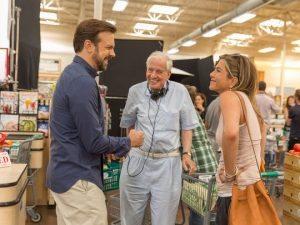 Garry Marshall e os atores Jason Sudeikies e Jennifer Aniston no set de filmagens de Mother's Day. (Credito: Ron Batzdorff/ Divulgação)