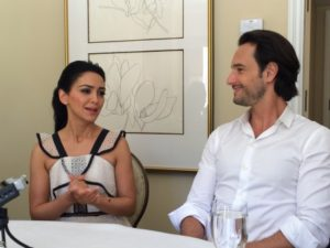 Os atores falaram de seus papéis durante uma mesa redonda.