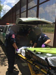 Abandonados na fronteira, indocumentados recebem ajuda médica por causa do calor