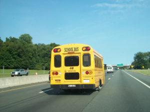 Acidente envolvendo ônibus escolar fere 14 crianças na I-595