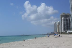 Casal tem os pertences roubados ao nadar nu na praia de Miami Beach