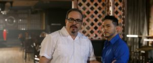 Os atores David Zayas e Gilbert Saldivar em cena de SHINE (Cortesia: GVN Releasing)