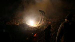 EUA atiram bomba de gás lacrimogêneo para parar imigrantes na fronteira