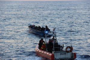 Embarcação precária com 50 migrantes haitianos é detida pela Guarda Costeira