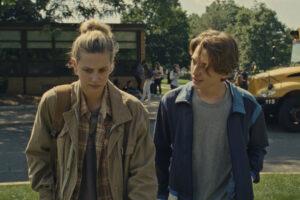 """Os atores Lili Reinhart e Austin Abrams em cena do """"Chemical Hearts"""". (Cortesia: Amazon Studios)"""
